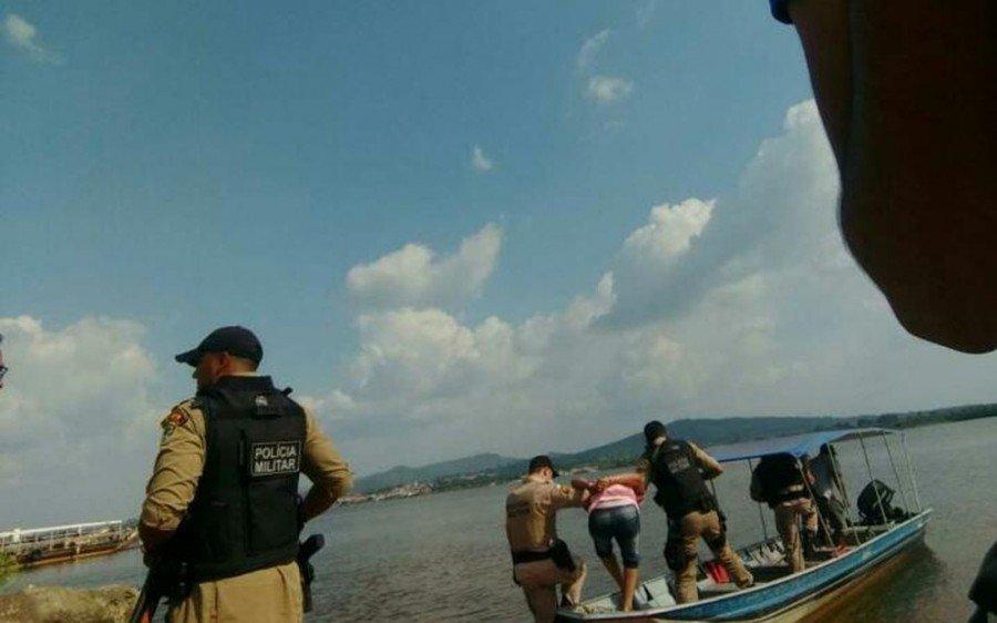 Suspeito foi preso após perseguição no rio Araguaia (Foto: Divulgação/Polícia Militar)