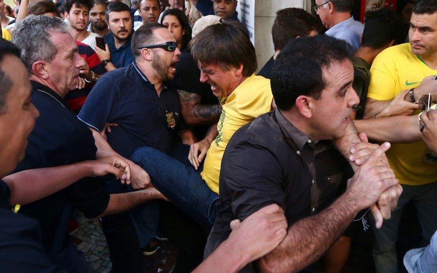 Bolsonaro foi retirado às pressas por seguranças após ataque em Juiz de Fora (Foto: Fábio Motta/Estadão Conteúdo)