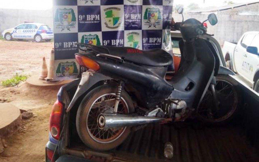 Motocicleta apreendida pela PM no Porto da Balsa de Sampaio