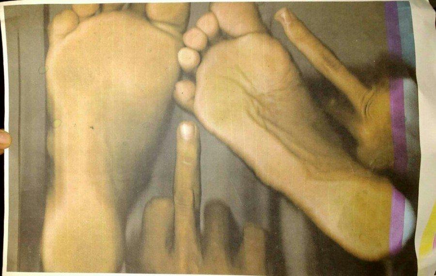 Adolescentes tiraram xerox dos pés e mãos com gestos obscenos e deixaram no local (Foto: Divulgação/Polícia Civil)