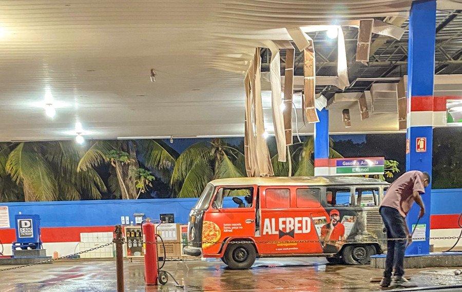 Teto do posto de combustível ficou derretido por causa da alta temperatura (Foto: Divulgação)