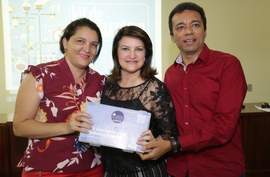 A diretora do CEM Darcy Marinho recebe o kit ao lado da secretária e do diretor regional de Educação de Tocantinópolis, Dorismar Carvalho