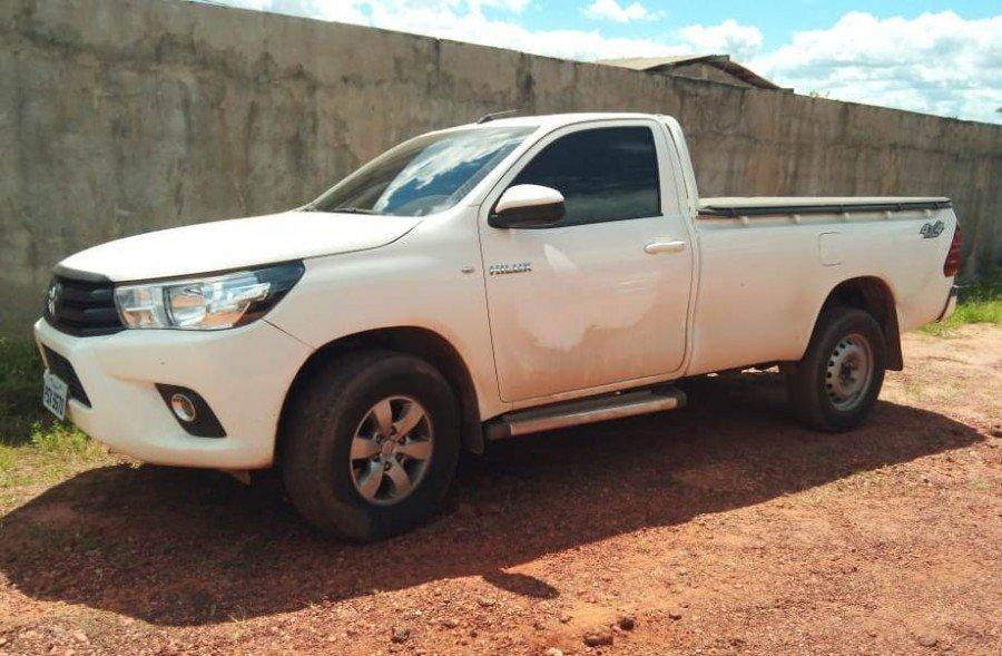 Camionete Hilux com registro de furto/roubo apreendida pela PM em Sampaio