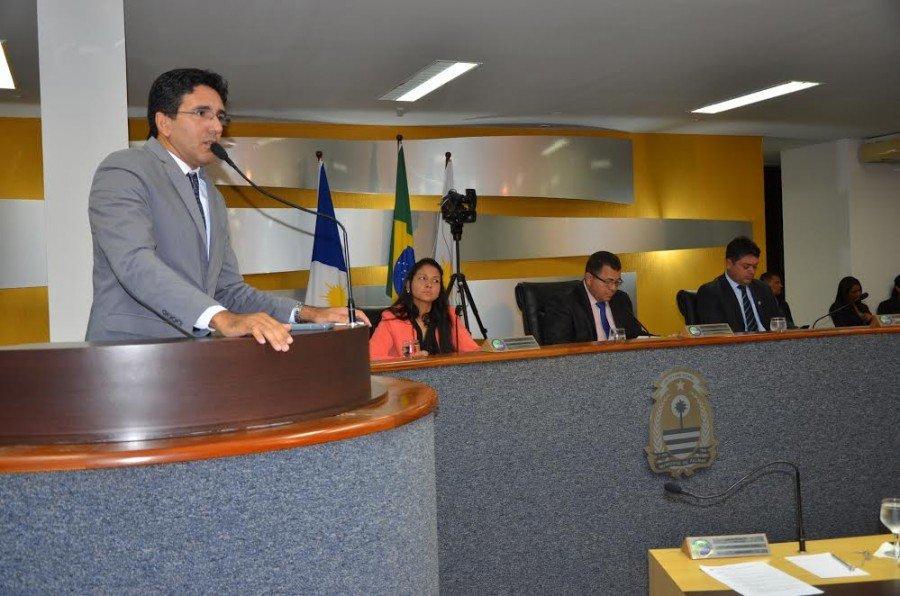 O vereador questionou a diminuição do número de linhas de ônibus aos domingos, logo após o decreto do aumento da passagem