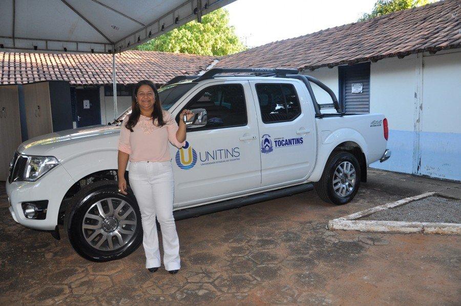 A reitora em exercício, professora Suely Quixabeira, durante a solenidade de entrega dos equipamentos