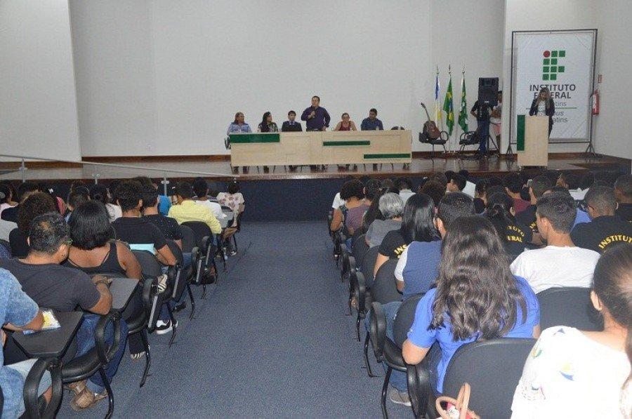 A solenidade contou com a composição de mesa de honra, pronunciamentos e apresentações culturais realizadas por alunos do Campus Araguatins e da escola Arte de Crescer