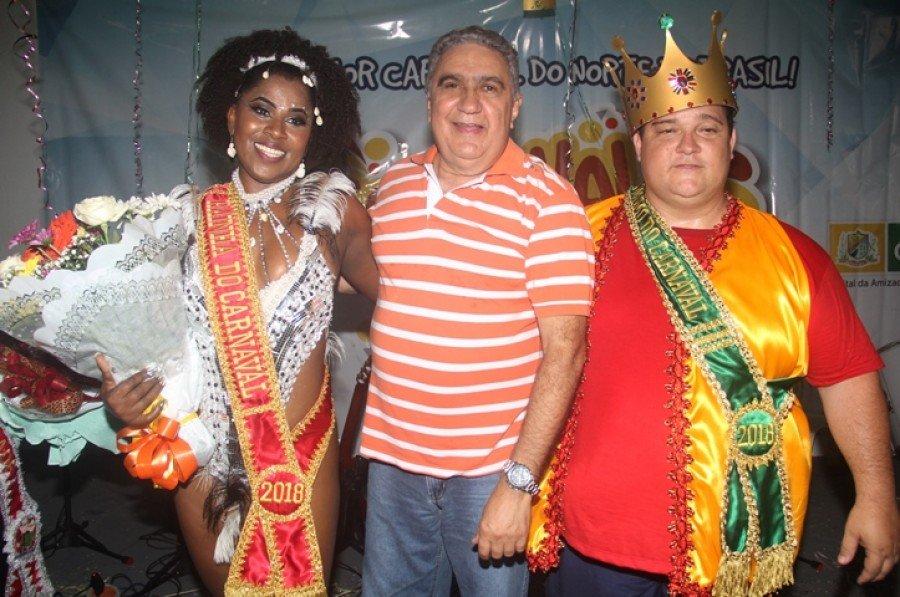 Prefeito Laurez Moreira ao lado da Rainha e do Rei Momo de 2018