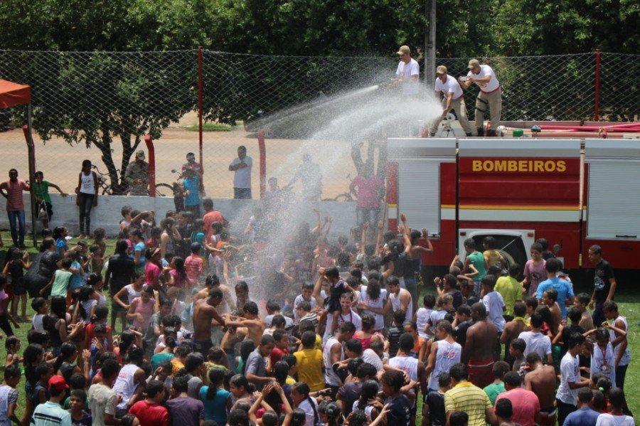 Simulado de acidente automobilístico (atendimento) e banho de mangueira com viatura de bombeiros, são algumas das atividades