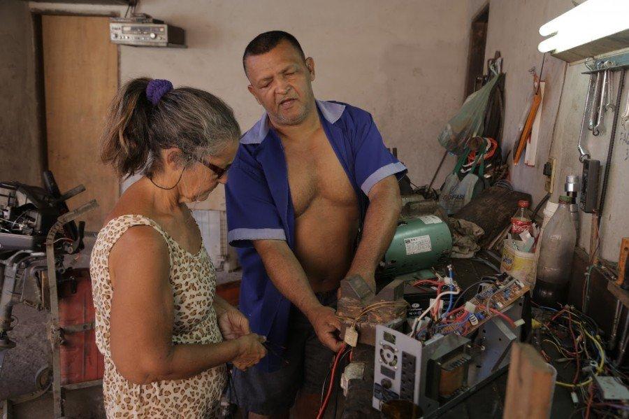 Sempre por perto, Dona Neusa ajuda o marido em suas atividades