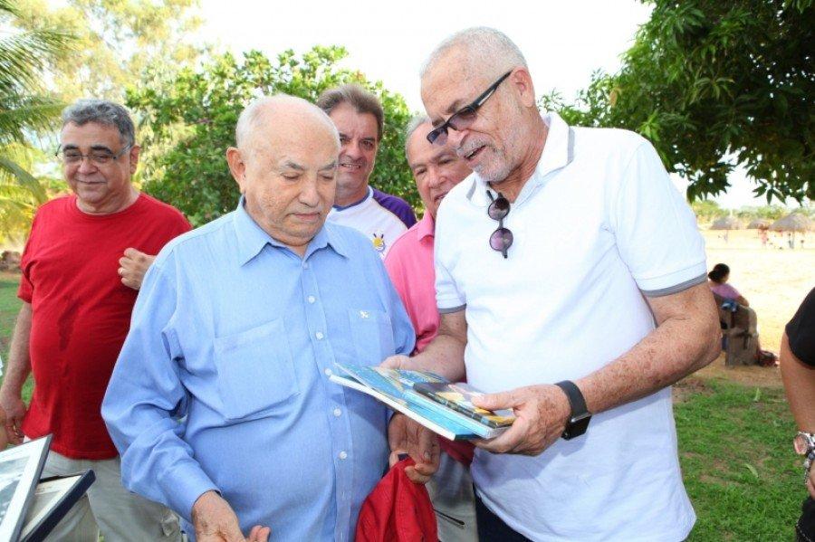 Editor-chefe do JTo, Tião Pinheiro, entrega CD e um livro de sua autoria a Siqueira (Foto: Lia Mara)