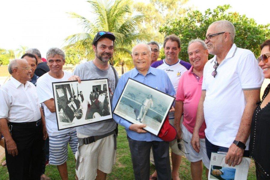 Fotógrafo Tharson entrega fotos emolduradas (Foto: Lia Mara)
