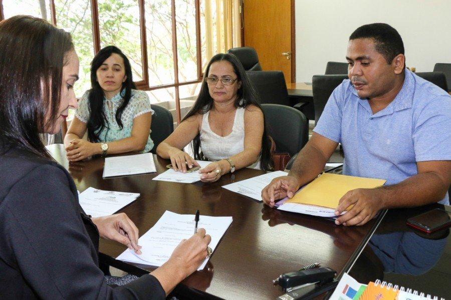 Secretária Patrícia com secretários municipais de Buriti, Maurilândia e São Sebastião durante reunião
