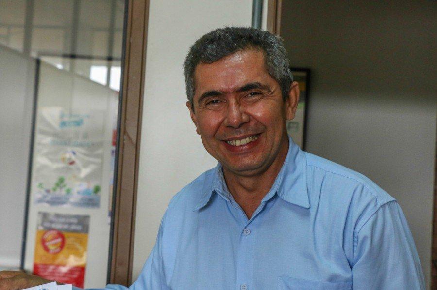 Gilmar Alves Castro, secretário de Ananás entregando o Termo de Aceite