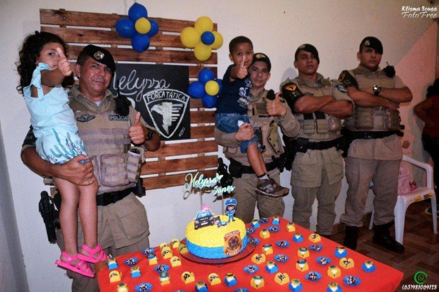 A presença dos policiais da Força Tática alegrou a menina que fez cinco anos em Tocantinópolis