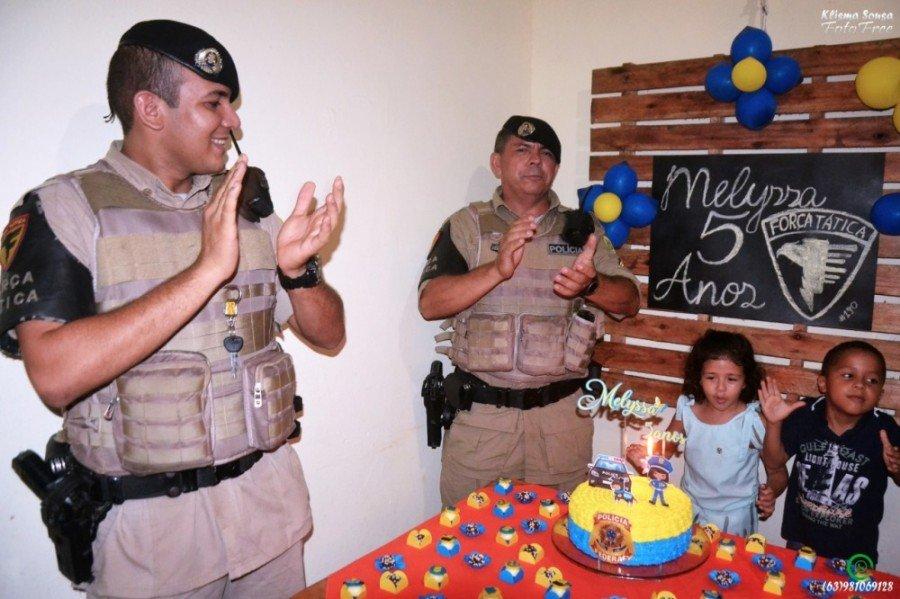 A presença dos policiais na festa foi uma surpresa para a criança