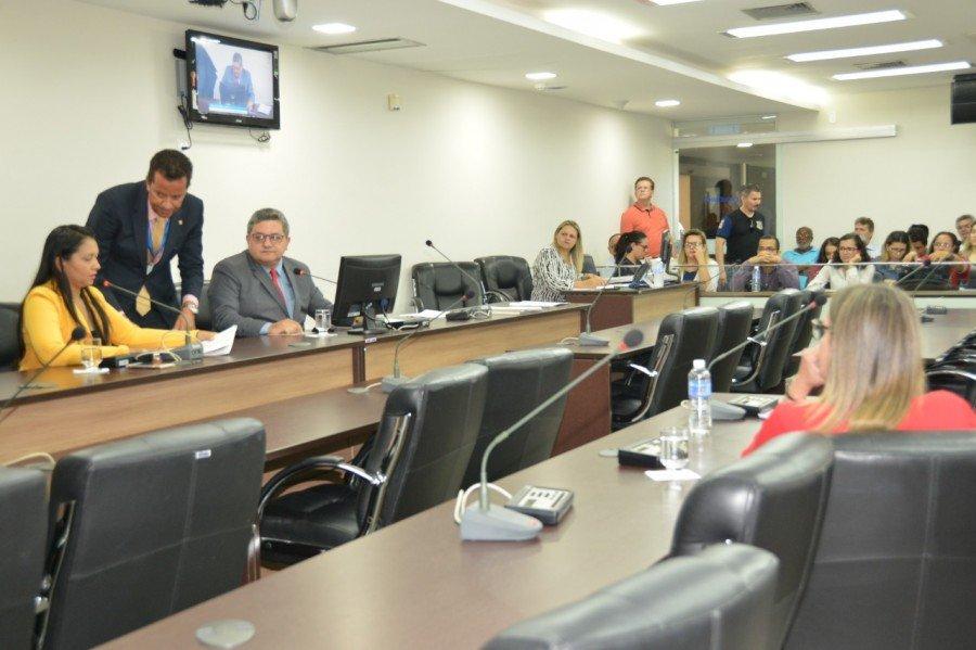 Deputado Jair Farias presidiu reunião da CCJ e distribuiu relatorias de matérias (Foto: Benhur de Souza)