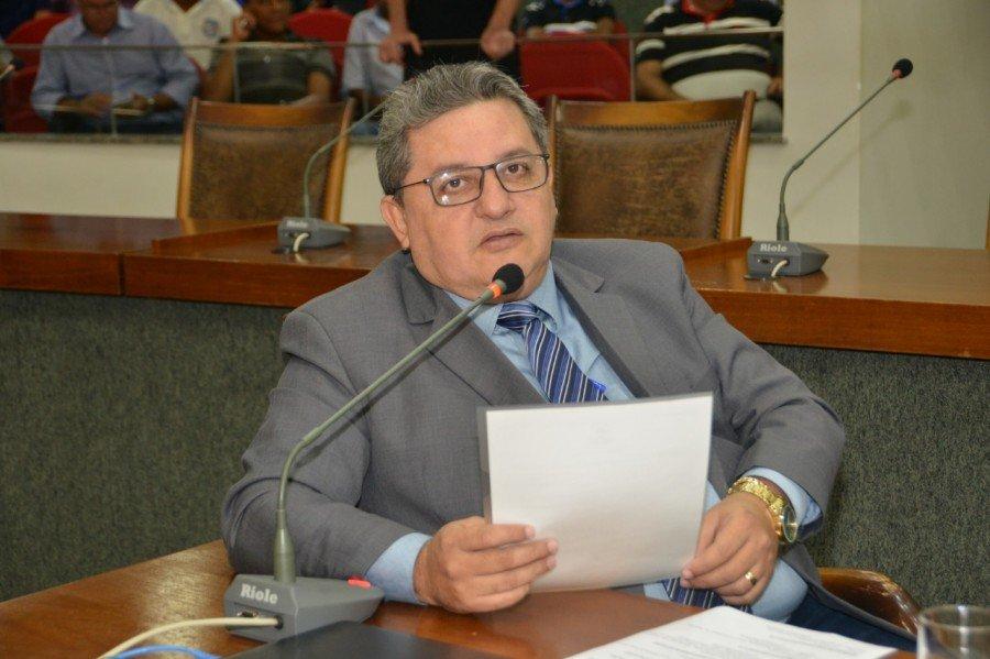 Deputado Jair Farias pediu reconstrução de escola em Sandolândia (Foto: Isis Oliveira)