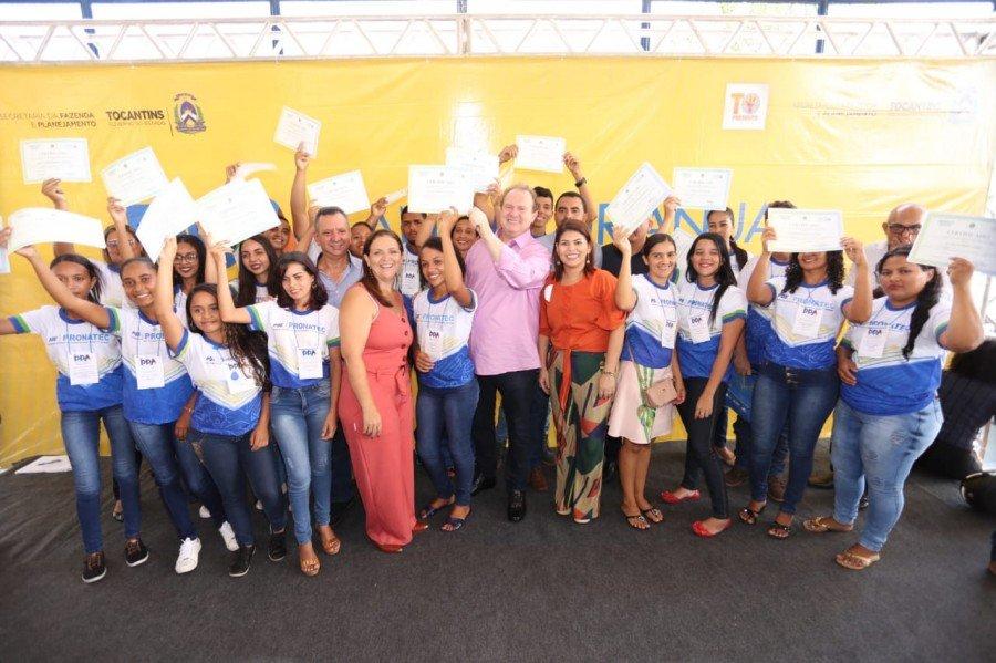 Entre as ações, o Governo entregou o certificado aos alunos concluintes dos cursos do Pronatec