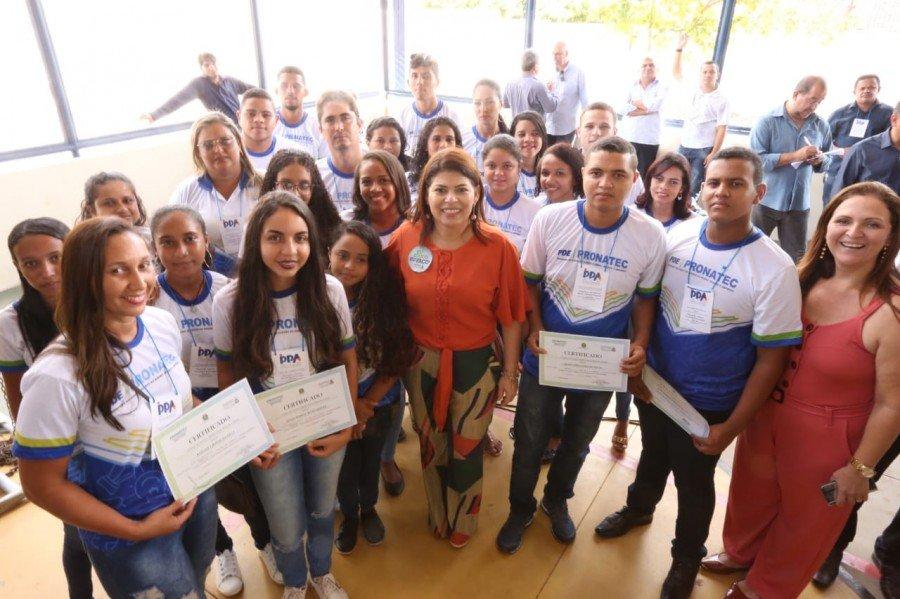 Secretária Adriana Aguiar ao lado dos alunos concluintes do Pronatec
