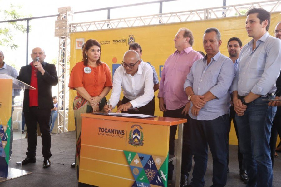 O diretor regional de Araguatins, Luiz Carlos Pereira da Silva assina o recebimento das benfeitorias
