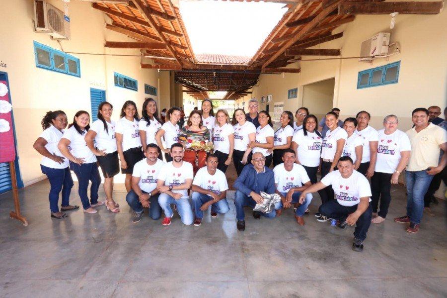 Servidores da Escola Estadual Santa Gertrudes comemoraram perfuração de poço artesiano para abastecer a unidade escolar