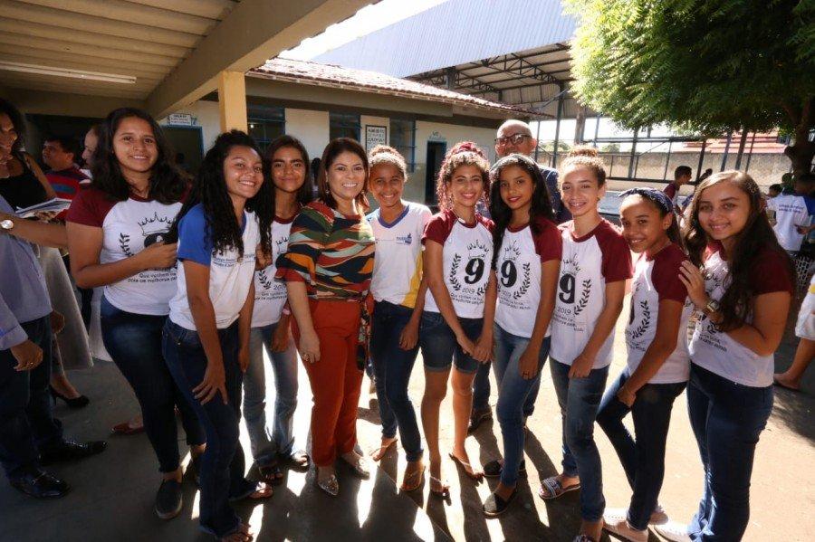 Adriana Aguiar com estudantes durante visita ao Colégio Estadual Leônidas Gonçalves Duarte