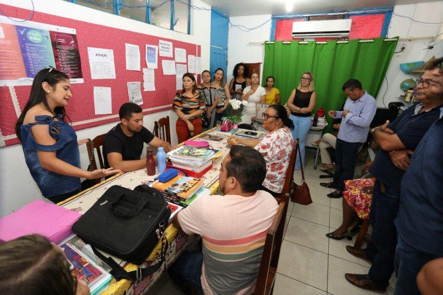 Adriana Aguiar tratando de melhorias estruturais e pedagógicas com professores do Colégio Estadual Leônidas Gonçalves Duarte