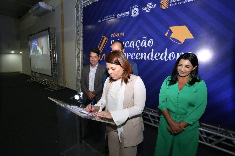 Titular da Seduc, Adriana Aguiar, assina Termo de Cooperação com o Sebrae