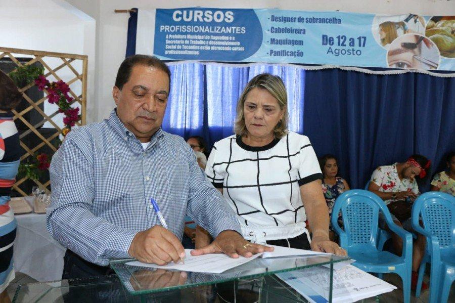 Secretário assina o Plano de Ação da Inclusão Produtiva, acompanhado da prefeita de Itaguatins (Foto: Carlessandro Souza)