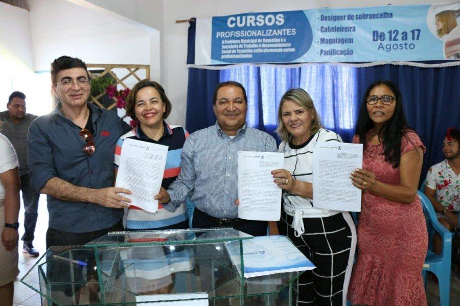 Equipe da Setas e prefeita comemoram assinatura do Plano de Ação (Foto: Carlessandro Souza)