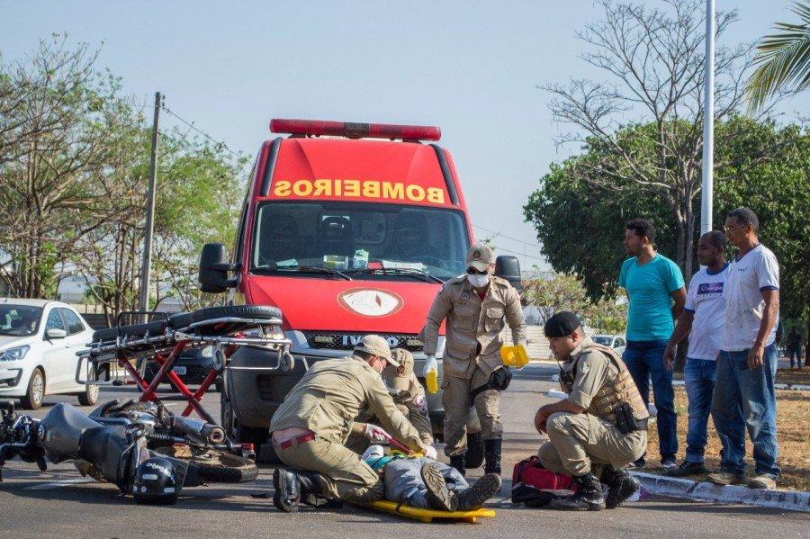 Corpo de Bombeiros realizando atendimento a motociclista após acidente (Foto: Soldado César Costa/Corpo de Bombeiros)