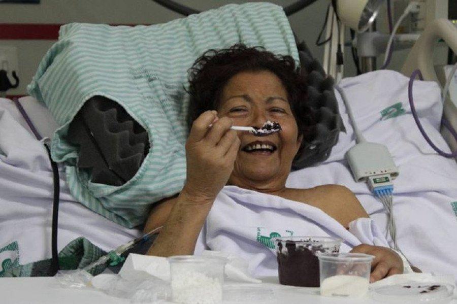 Paciente tomando açaí no Hospital de Clínicas Gaspar Vianna (HC), em Belém (Foto: Reprodução / Agência Pará)