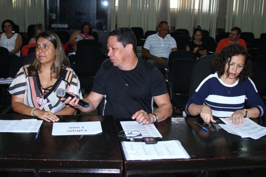 Professora Alessandra Ruita, professor Alexandre Andrade e professora Sonia Maria Moreira de Sousa, compondo uma das bancas examinadoras. (Foto: Carlos de Bayma/ Ascom Unitins)