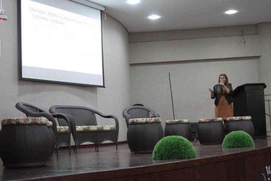 Acadêmica da UAB/Unitins durante apresentação de TCC, no auditório da Unitins, em Palmas. (Foto: Carlos de Bayma/ Ascom Unitins).