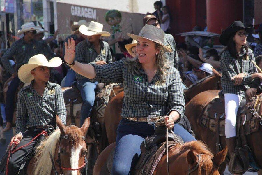 Dulce Miranda cumprimenta populares em Araguaína