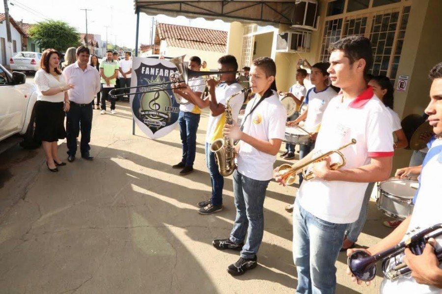 Fanfarra do Colégio Estadual Aldinar G. de Carvalho recepciona a secretária Wanessa Sechim
