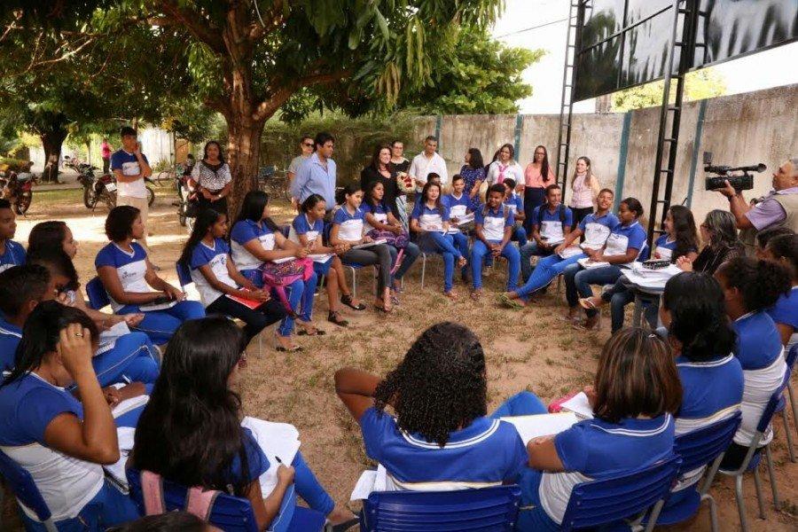 Durante a visita, a secretária percorreu as dependências e conversou com alunos e professores
