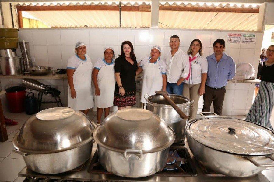 Secretária com as manipuladoras de alimentos o Colégio Manoel Vicente