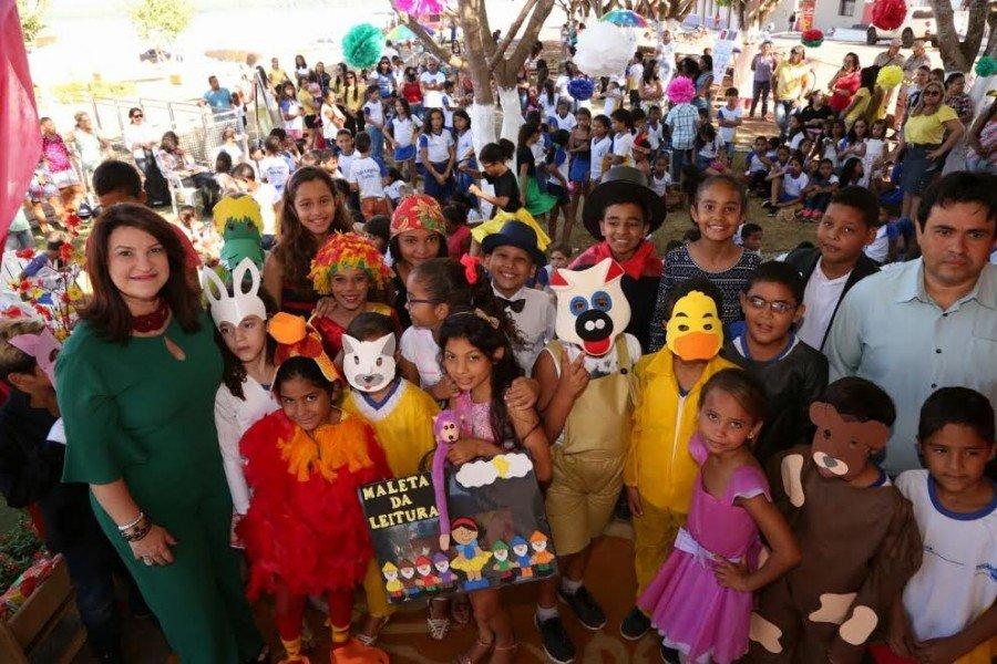 Professora Wanessa Sechim posa ao lado dos personagens da literatura infantil