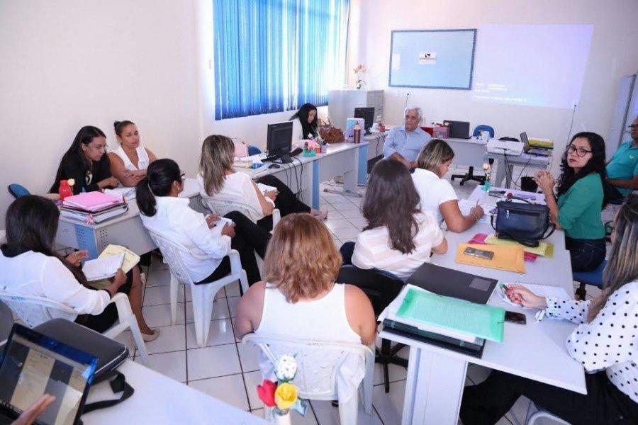 Wilson Alves orienta técnicos da DRE com relação ao SGE