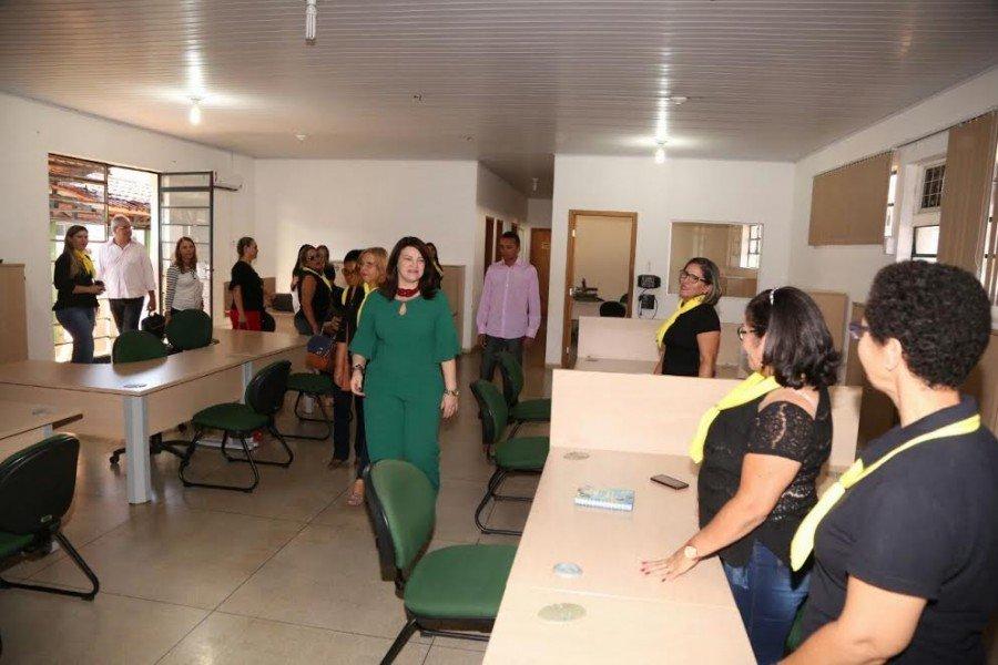 Na sede da DRE, a secretária percorreu os setores e conversou com os servidores
