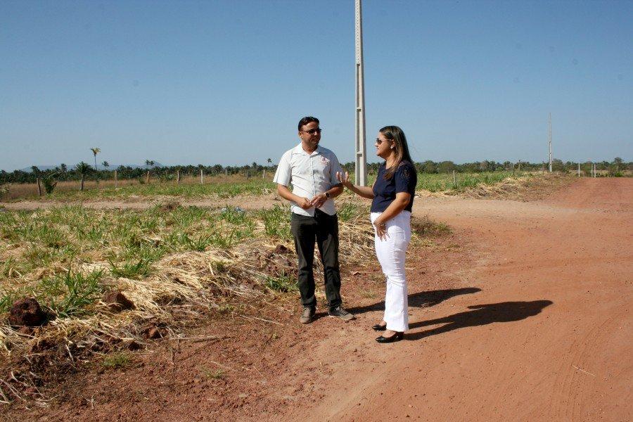 Reitora e empresário visitam área (Foto: Caio Mascarenhas/Ascom Unitins)
