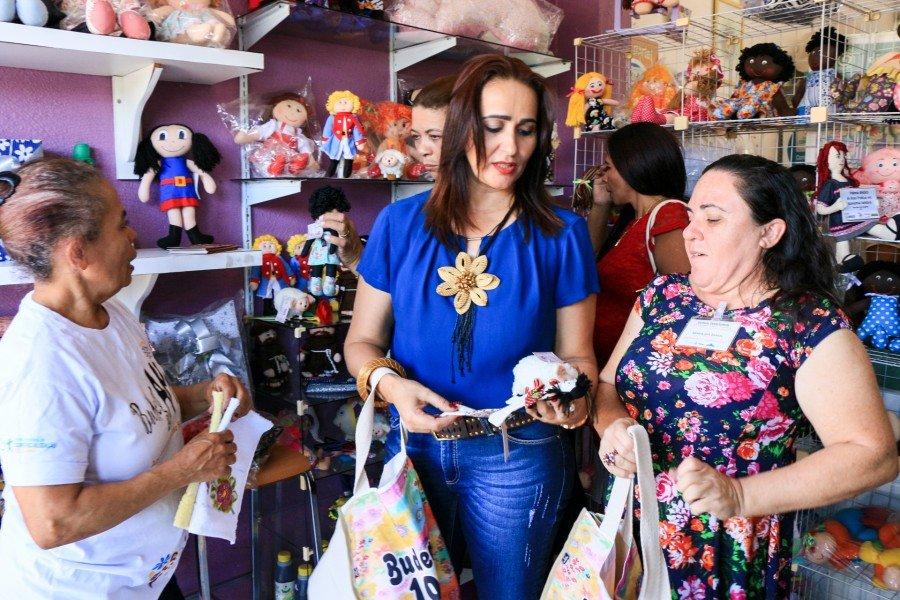 Secretária Patrícia conhecendo as peças produzidas pelas artesãs (Foto: Carlessandro Souza)