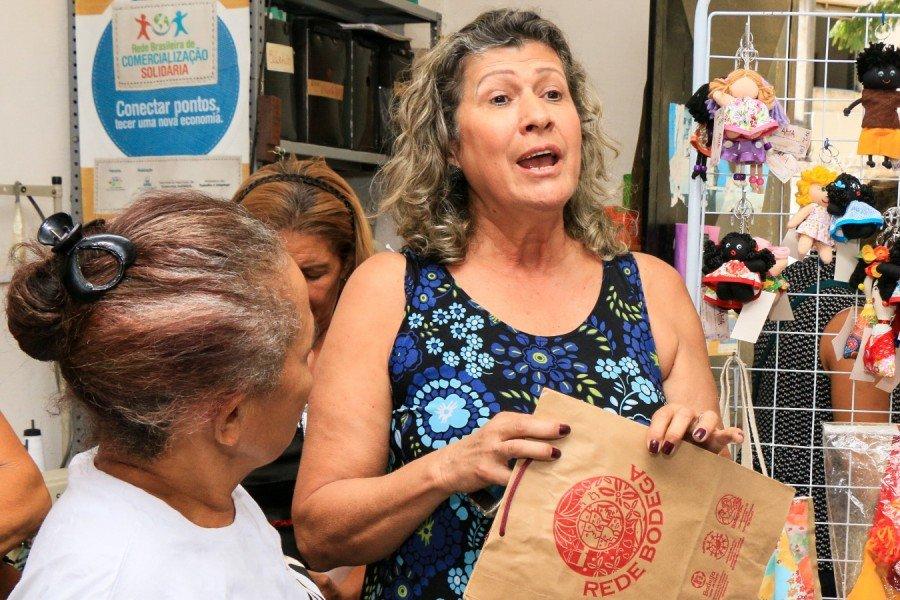 Luciana Eugênio, da Ama, explicando como a Associação funciona (Foto: Carlessandro Souza)
