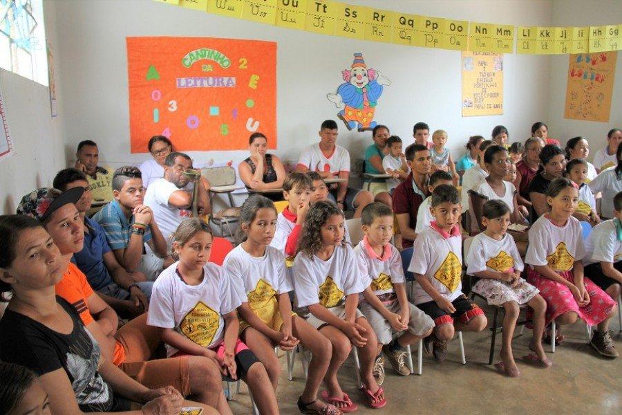Participação dos pais e adultos da comunidade junto com os alunos da Escola Municipal Tocantins, de Itaguatins