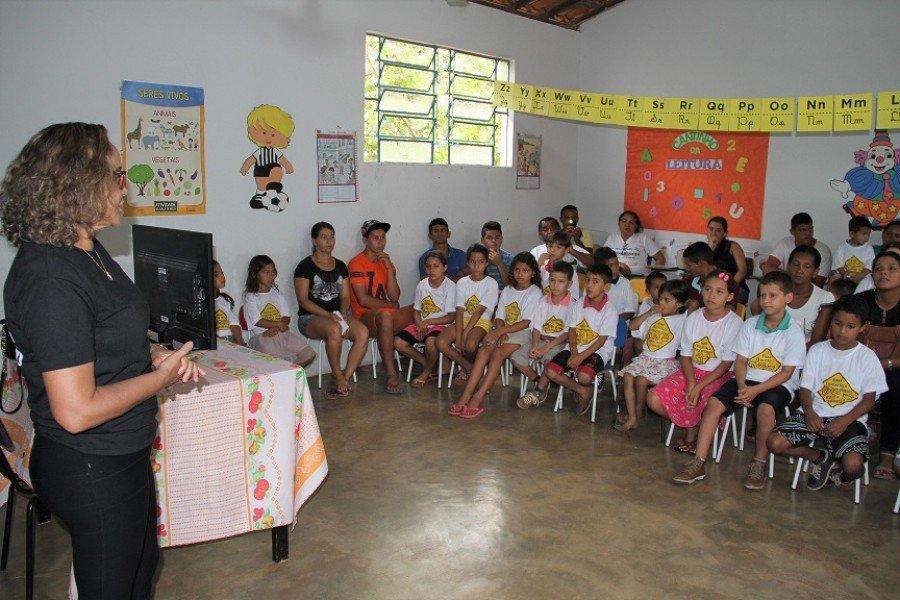 Socióloga Vera Dourado ministrando orientações sobre o trânsito para pais e alunos na Escola Municipal Tocantins, de Itaguatins