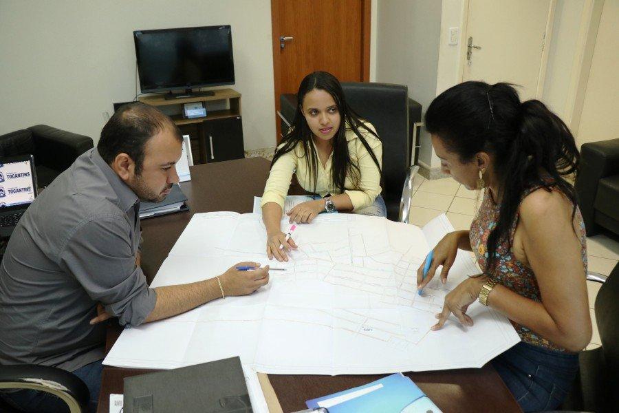 Superintendente de Saneamento, Roberta Castro, e a engenheira Kamilla Martins, apresentam ao presidente da ATS, localidades contempladas neste mês