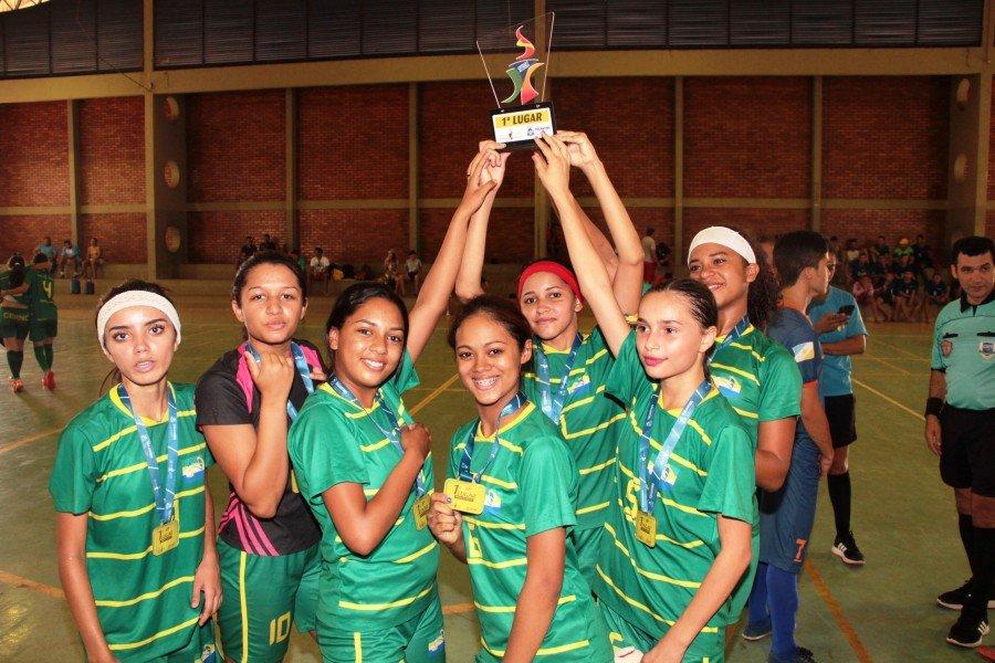 Equipe de futsal feminino do Colégio Estadual Raimundo Neiva de Carvalho de Palmeiras do Tocantins