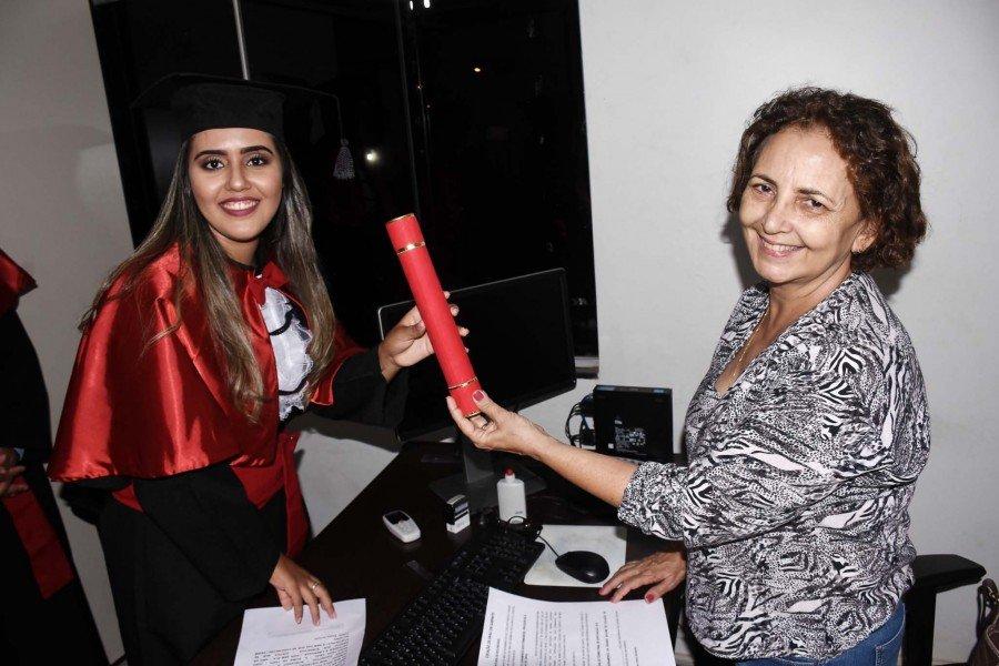 Mirian Brasil Barbosa recebendo o diploma das mãos da professora Maria Regina Teixeira da Rocha. (Foto: Arquivo Pessoal)