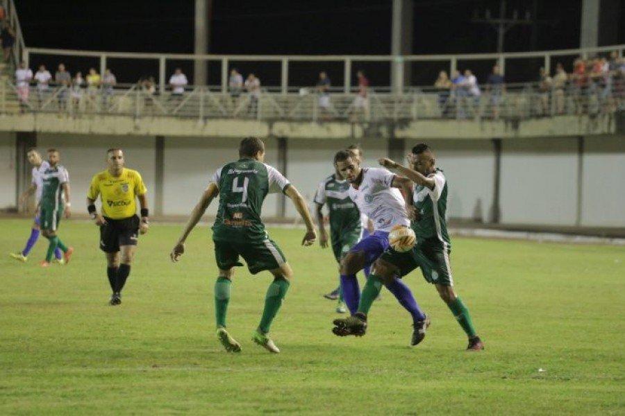 Jogadores do TEC cercam o atacante Célio Mata Boi (Foto: Marcos Filho Sandes)